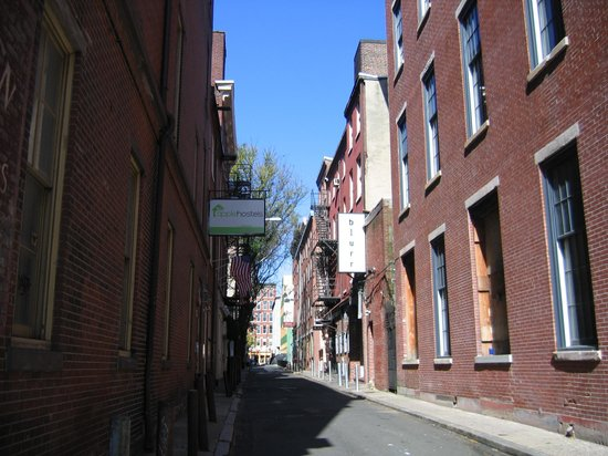 Apple Hostels Philadelphia: Bank street and Apple Hostels
