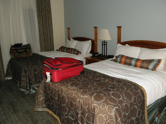 Staybridge Suites Corning: Bedroom, so comfortable and all but sound proof.