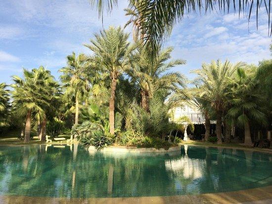 Lodge K Hotel & Spa: la piscine et le lobby au fond