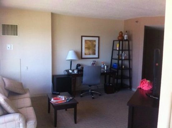 DoubleTree by Hilton Orlando Downtown: Living Area with Desk
