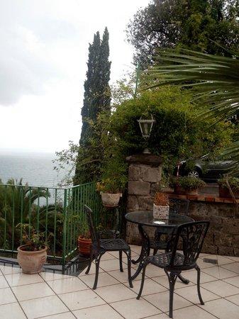 Hotel Desiree: tomar un cafe en la terraza del hotel