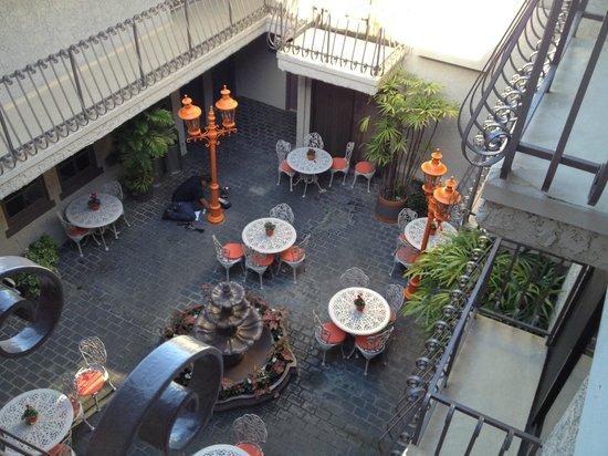 Inn at Venice Beach : courtyard dining area