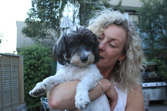 Amross Court Motor Lodge: Our lovely host Sue and her dog Bella