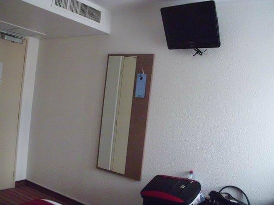 Kyriad Hotel Paris Bercy Village: Flat screen TV in room