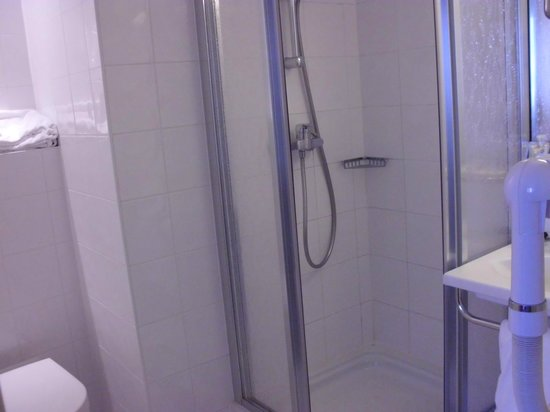 Kyriad Hotel Paris Bercy Village: Bathroom with very tight shower cabin