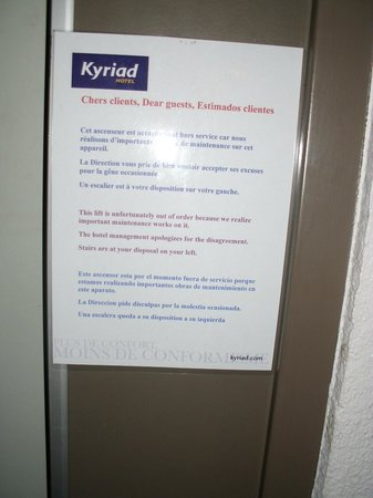 Kyriad Hotel Paris Bercy Village: Sign to guests re: non-functioning lifts :)