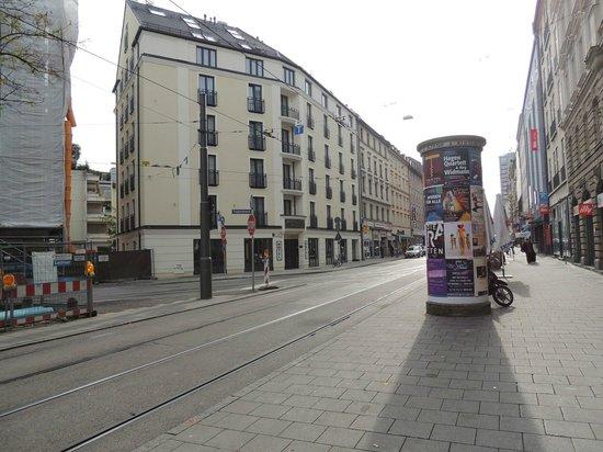 Augusten Hotel: Hotel visto dalla fermata del tram