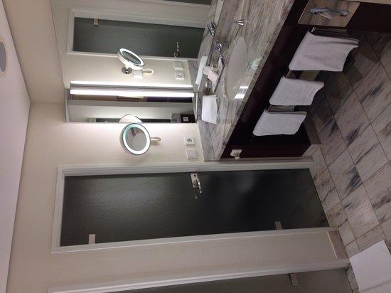 Grand Hotel Mussmann: Badezimmer. Toilette mit Bidet hinter der Tür rechts. Dusche hinter Tür links.