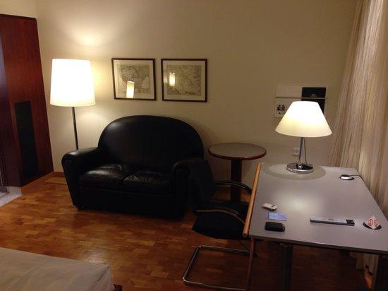 Grand Hotel Mussmann: Sitzecke mit Schreibtisch