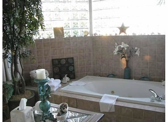 Beachstone Bed & Breakfast: Spa tub in balcony room