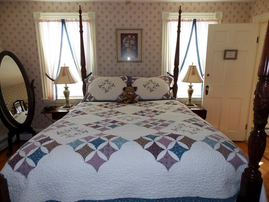Morning Glory Bed & Breakfast: Our Comfy Queen Sized Bed