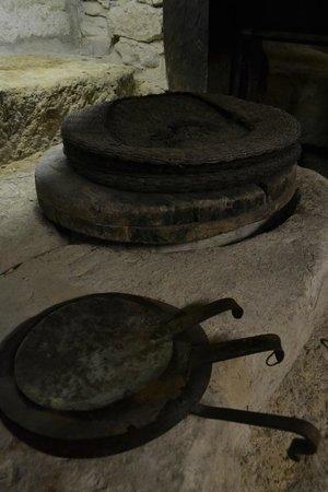 Musée du Verre et du Vitrail : les scourtins en coco pour recueillir la pâte d'olive