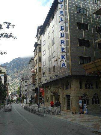 Eureka Hotel Les Escaldes: El hotel está en la calle principal