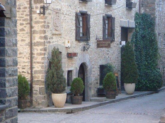 La bodega de Pepe: La entrada al local guardando la estética de las casas del Pirineo.