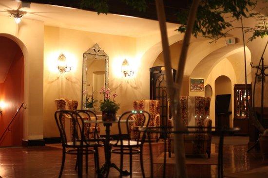Hotel Konig Von Ungarn : бар в холле