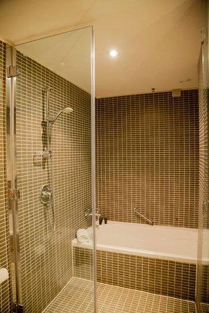 AC Hotel Milano: Shower and bath
