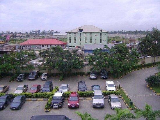 Novotel Port Harcourt: Parking & road view
