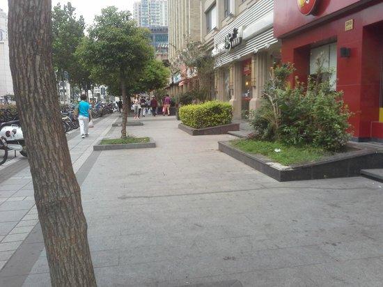 Lee Gardens Hotel Shanghai : frente al hotel