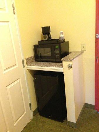Best Western Wakulla Inn & Suites: Fridge, microwave, coffee maker
