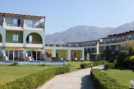 Mythos Palace: Расположение   Отель расположен в цепи нескольких отелей на побережье. Рядом небольшая деревня,