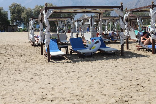 Mythos Palace: Вип-лежаки на пляже