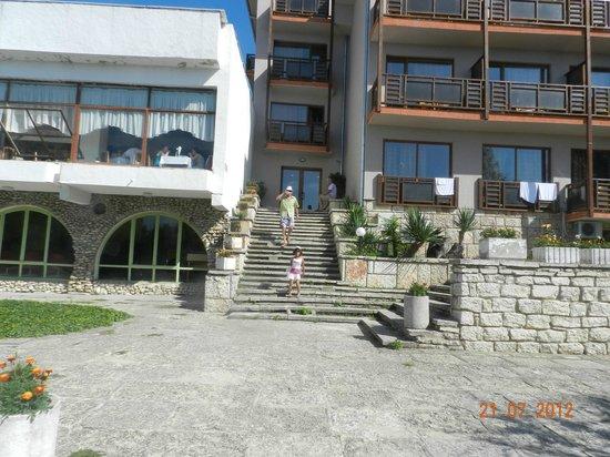 Hotel Bisser : Слева ресторан,выход из отеля и спуск к морю