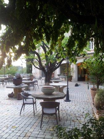 Auberge de Noves: La terrasse (en bon état !!!)