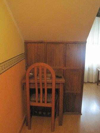 Molino del Partidor: mesa, silla y lo de madera el armario