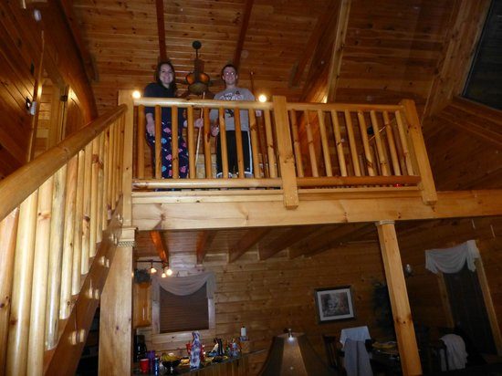White Oak Lodge & Resort: upstairs loft with pool table