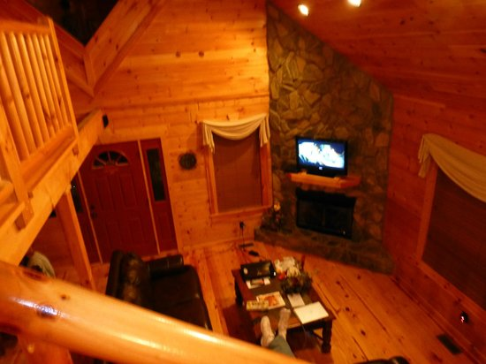 White Oak Lodge & Resort: living room with flat screen & fireplace