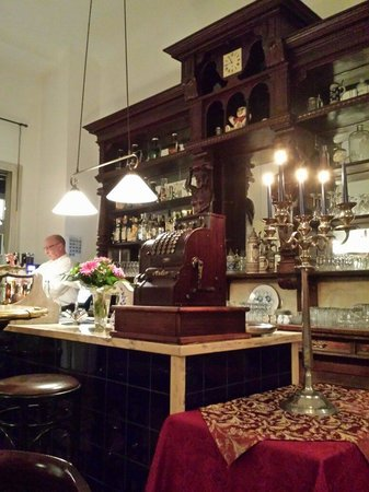 Hotel Altberlin: Old world bar is comfortable and very interesting