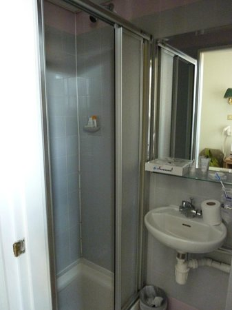 Phoenix Hotel: Bathroom