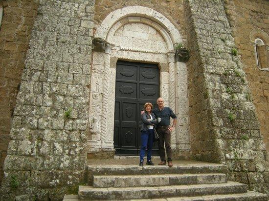 Duomo di Sovana -Cattedrale di San Pietro e Paolo: Portale laterale