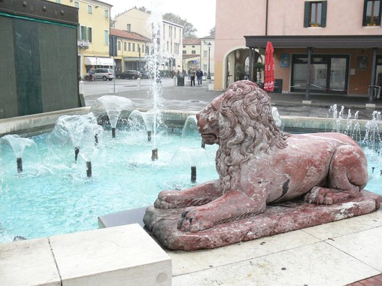 Art Hotel : Fountains and Mirano lion