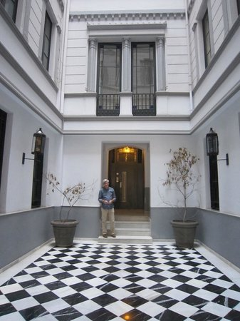 The5rooms: Hotel courtyard/entry.