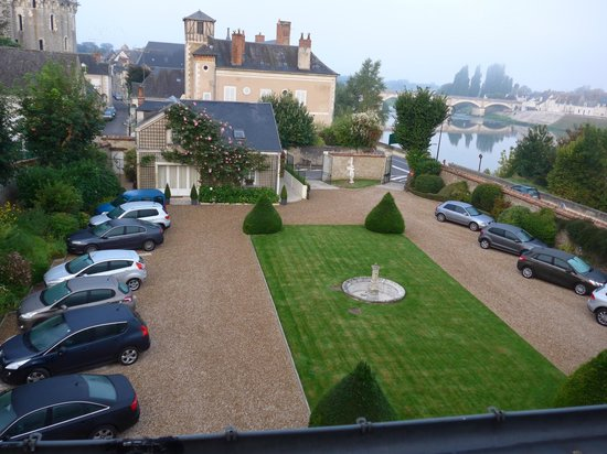 Hotel Le Manoir les Minimes: View of the front garden/courtyard/carpark from our room.