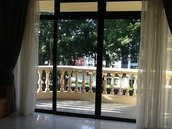Noble Villa Apartment: Big balcony opening to a quiet trees-lined street.