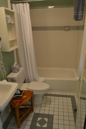 Oak Bluffs Inn: Our Bathroom