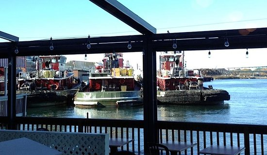 The River House Restaurant: Tug boats viewed from the downstairs pub
