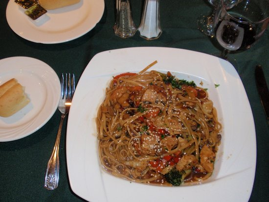 Crowne Plaza Newark Airport: Stir fried chicken w/pasta