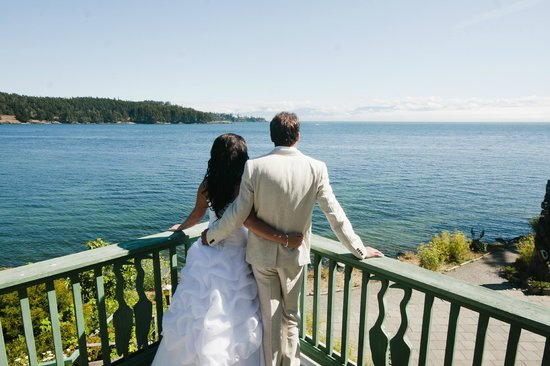 Sooke Harbour House Resort Hotel : Newky married couple admiring the view from their guest room balxony