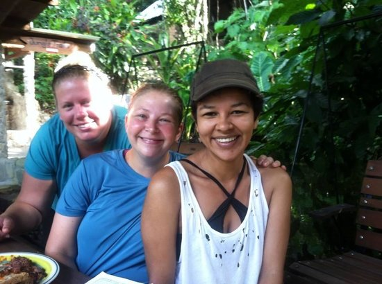 Omega Tours Eco Jungle Lodge: Friends with Helen (front), Omega's bartender/greeter!