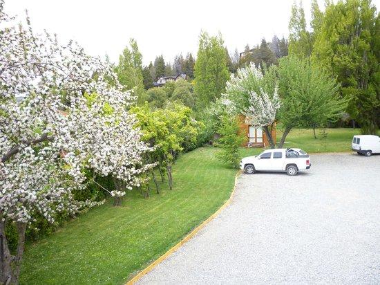 Rochester Hotel Bariloche: Parque y estacionamiento del hotel