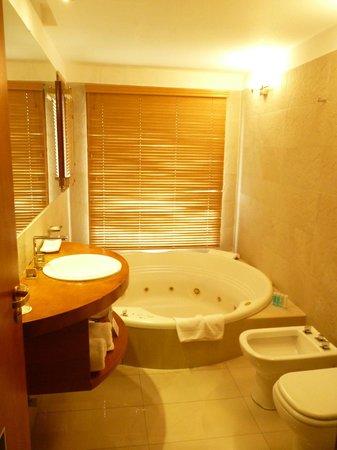 Rochester Hotel Bariloche: Baño con jacuzzi y excelente ducha, con vista al Lago