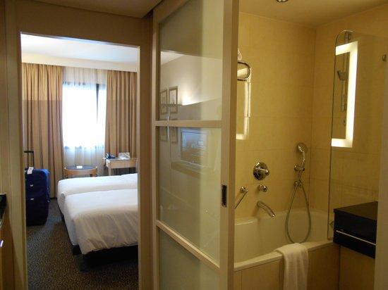 Le Meridien Etoile : Wierd opaque bathroom sliding door