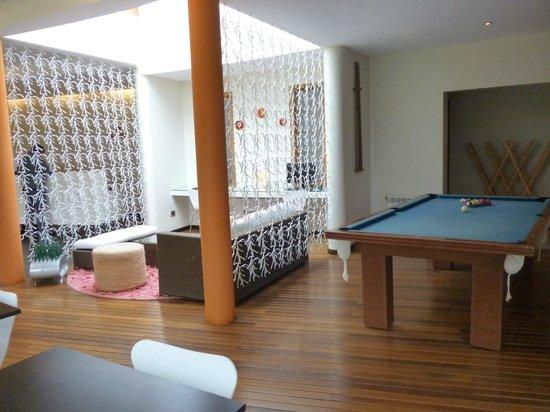 Rochester Hotel Bariloche: Mesa de pool, business center, sala de estar