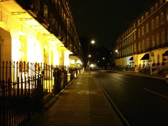 Ruskin Bed & Breakfast: The street leading to the hotel at night