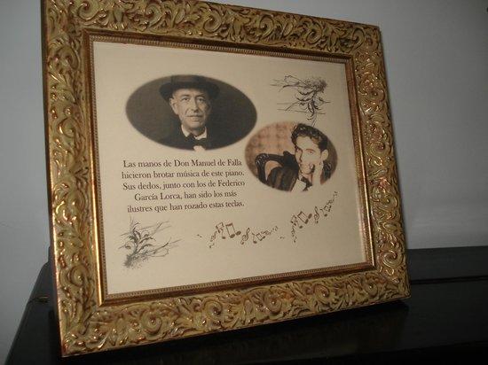 Espana Hotel : Cuadro con Don Manuel de Falla y García Lorca sobre el piano que rozaron sus dedos