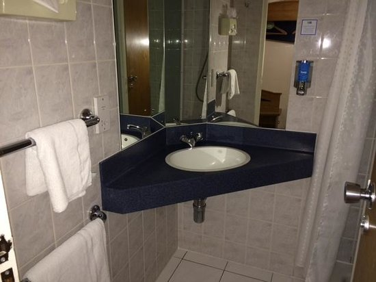 Holiday Inn Express Edinburgh - Waterfront: Bathroom.