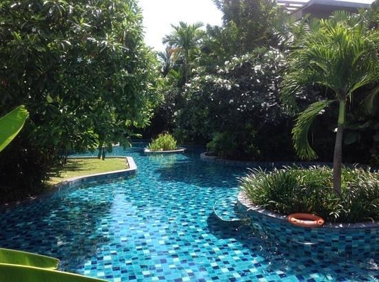 Metadee Resort and Villas: Kanaaltje dat vanuit het grote zwembad langs alle kamers loopt.